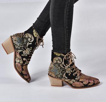 Γυναικείες μπότες με κέντημα και κορδόνια