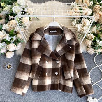 Карирано дамско палто с джобове и двуредно закопчаване