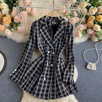 Карирано дамско палто с двуредно закопчаване