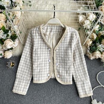 Късо дамско карирано палто с копчета