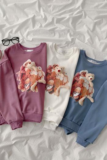 Дамска ежедневна блуза с обло деколте и апликция