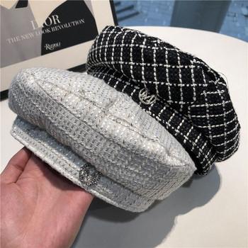 Стилна дамска шапка от плетиво с метална декорация