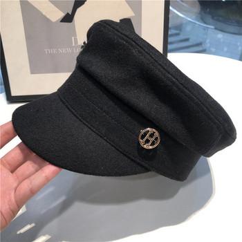 Дамска шапка в черен цвят с метален елемент