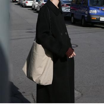 Широк модел дамско палто с класическа яка и копчета