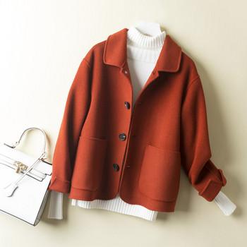 Късо дамско палто с копчета и джобове