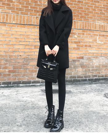 Актуално черно дамско палто прав модел с V-образно деколте