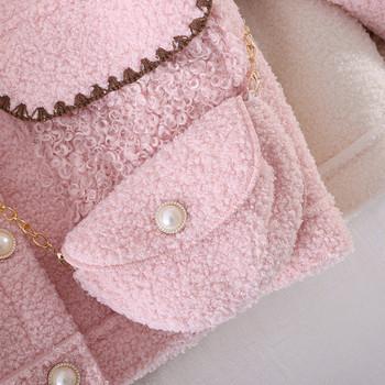 Модерно късо дамско палто с джобове и копчета