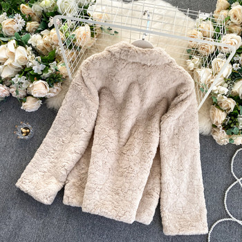 Пухено палто с копчета и яка - бежов цвят