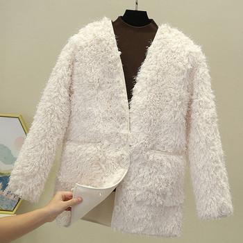 Пухено дамско палто с джобове и шпиц деколте