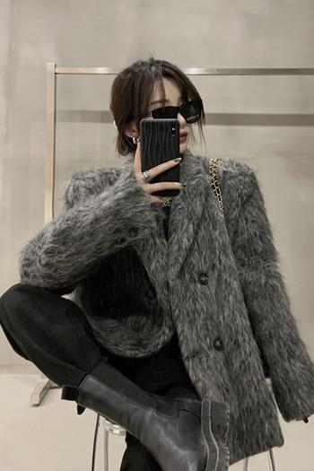 Нов модел пухено дамско палто с класическа яка и копчета