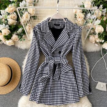 Дамско палто с колан на талията в черно-бял цвят