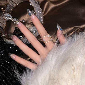 Стилен дамски пръстен в квадратна форма с декоративни камъни и перла