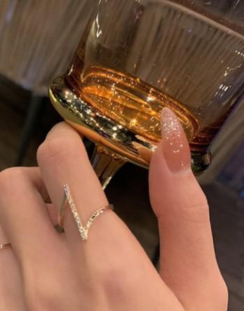 Стилен дамски пръстен с декоративни камъни