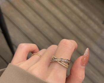 Модерен дамски пръстен с камъни