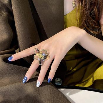 Стилен дамски пръстен с формата на цвете и декоративни камъни