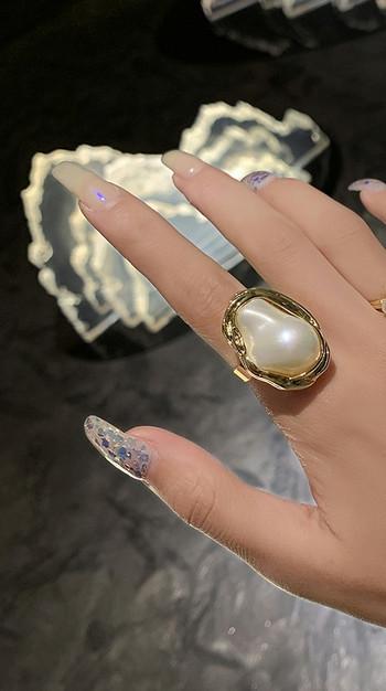 Модерен дамски пръстен с камък