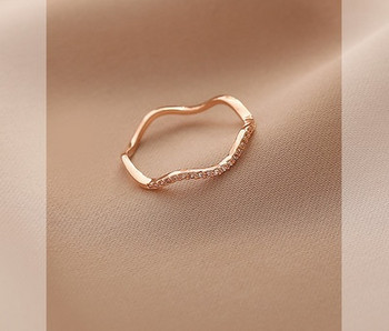 Дамски модерен тънък пръстен с декоративни камъни