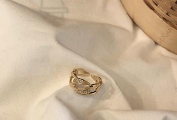 Елегантен дамски широк пръстен с декоративни камъни