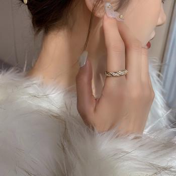 Стилен дамски пръстен тънък модел с камъни