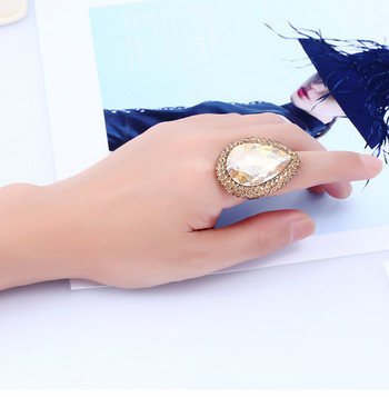 Стилен дамски пръстен в кръгла форма с декоративни камъни