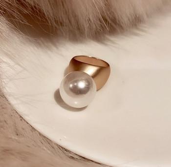 Μοντέρνο γυναικείο δαχτυλίδι μοντέλο με διακοσμητική πέρλα