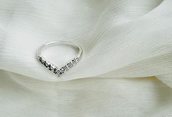 Ежедневен дамски пръстен във формата на сърце и декоративни камъни
