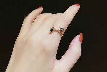 Дамски стилен пръстен с камък в златист цвят