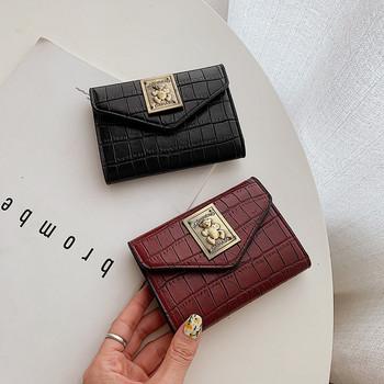 Μικρό γυναικείο πορτοφόλι από οικολογικό δέρμα με μεταλλικό έμβλημα