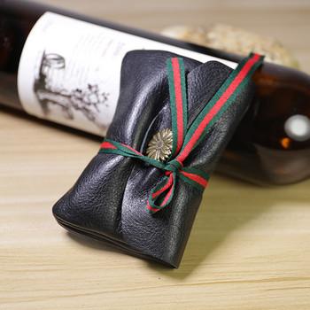 Μικρό δερμάτινο πορτοφόλι με μεταλλική διακόσμηση