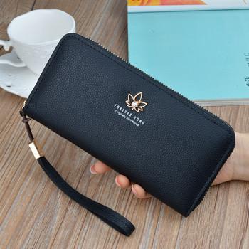 Γυναικείο μοντέρνο πορτοφόλι με δερμάτινη λαβή και μεταλλική διακόσμηση