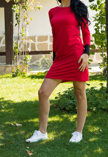 Дамска рокля с червен маншон