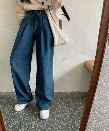Μεγάλο μοντέλο γυναικεία τζιν με τσέπες σε μπλε χρώμα