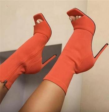 Μοντέρνες μπότες με ψηλά τακούνια και κομμένα μέρη