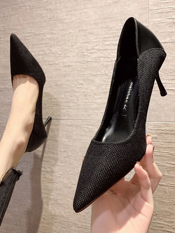 Модерни дамски заострени обувки в черен и бежов цвят