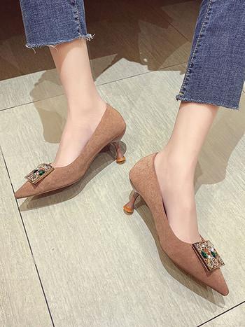 Модерни дамски заострени обувки с камъни