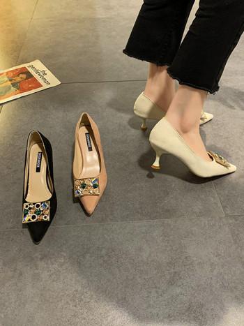 Дамски обувки заострен модел от еко велур и с цветни камъни