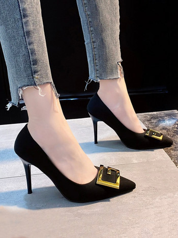 Нов модел заострени обувки с метална декорация
