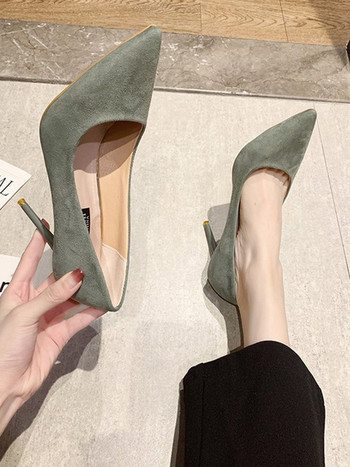 Изчистен модел обувки от еко велур с висок ток