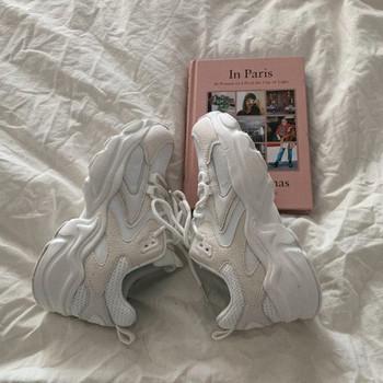 Нов модел ежедневни дамски маратонки в сив и бял цвят