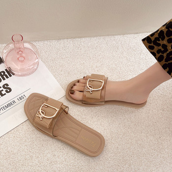 Модерни дамски чехли с метален елемент и равна подметка