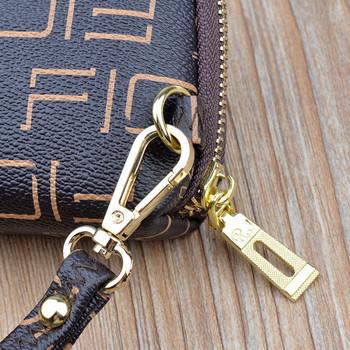Μοντέρνο πορτοφόλι με κοντή λαβή και μεταλλική επιγραφή