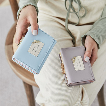 Γυναικείο έκο δερμάτινο πορτοφόλι με έμβλημα και μεταλλική διακόσμηση