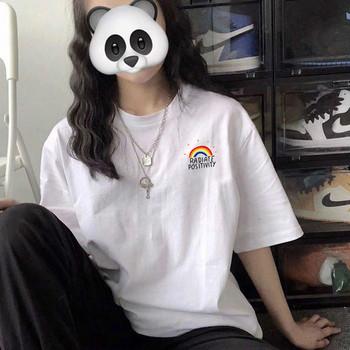 Ежедневна дамска тениска в бял цвят и различни апликации - свободен модел