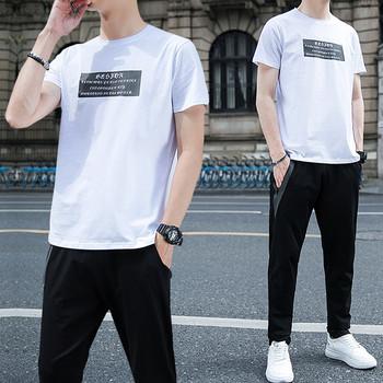 Мъжки екип от две части с апликация на тениската