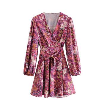 Къса есенна рокля с дълбоко деколте
