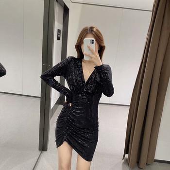 Елегантна рокля с дълбоко деколте и пайети