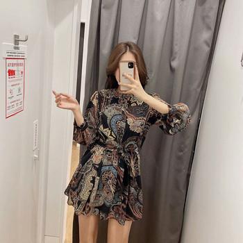 Разкроена есенна рокля с колан и шарен десен