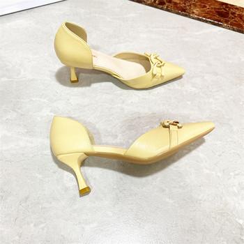 Дамски ежедневни обувки с тънък ток и метална декорация